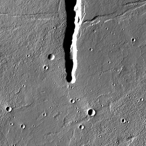 Fractures in Cyane Fossae (THEMIS_IOTD_20140703)