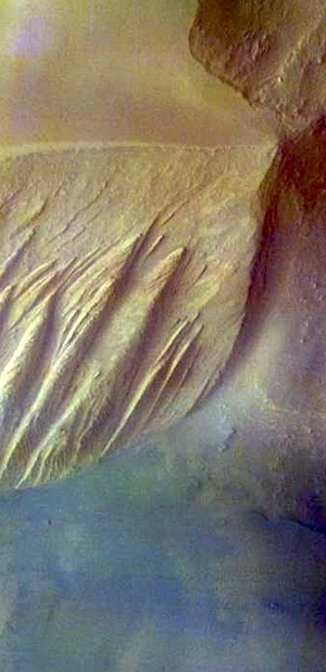 Layered deposits in Candor Chasma (THEMIS_IOTD_20151106)