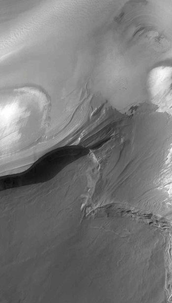 Polar cap thinning in Boreaum Cavus (THEMIS_IOTD_20160526)