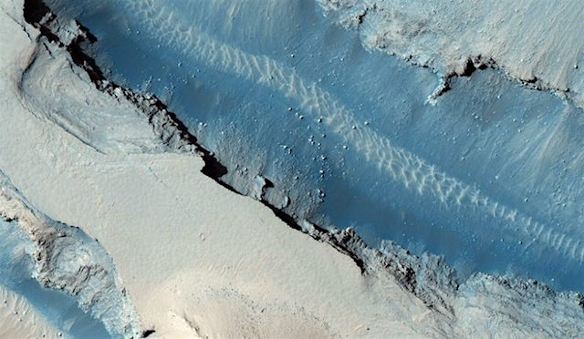 part-of-the-cerberus-fossae-fault-hirise-mars-reconnaissance-orbiter-800x600